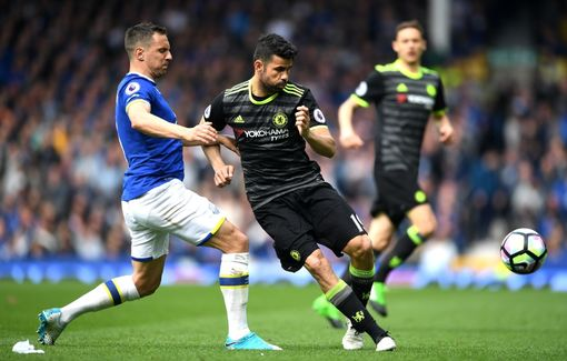 LIVERPOOL, ENGLAND - APRIL 30: Phil Jagielka of Everton and Diego Costa of Chelsea battle for possession during the Premier League match between Everton and Chelsea at Goodison Park on April 30, 2017 in Liverpool, England. (Photo by Laurence Griffiths/Getty Images)